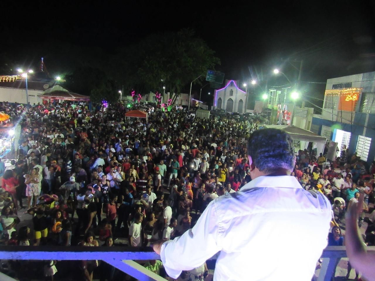 Multidão comemora virada para 2018 na Praça Ruy Barbosa em Boa Vista do Tupim