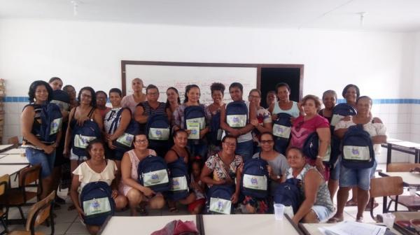 Prefeitura de Boa Vista do Tupim entrega kits didático para professores da rede municipal de ensino