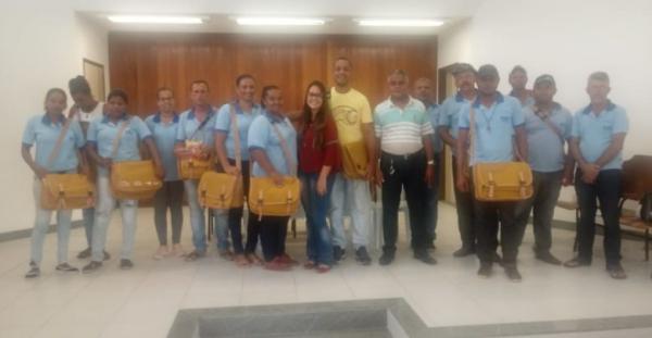 Prefeitura Boa Vista do Tupim entrega novos kits com equipamentos a agentes de combate a endemias.