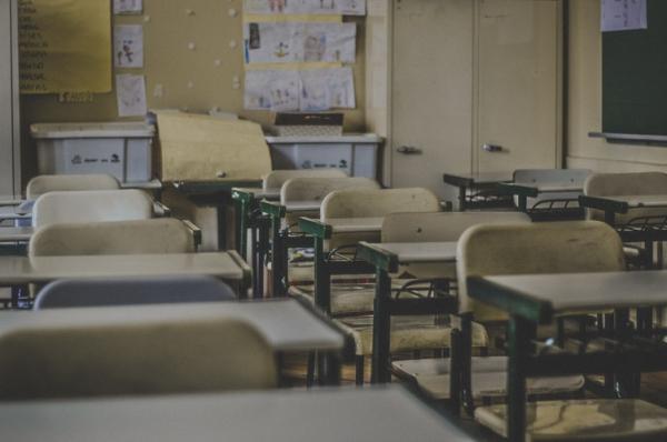 Professor é detido suspeito de envenenar 23 alunos; crianças têm entre quatro e cinco anos.