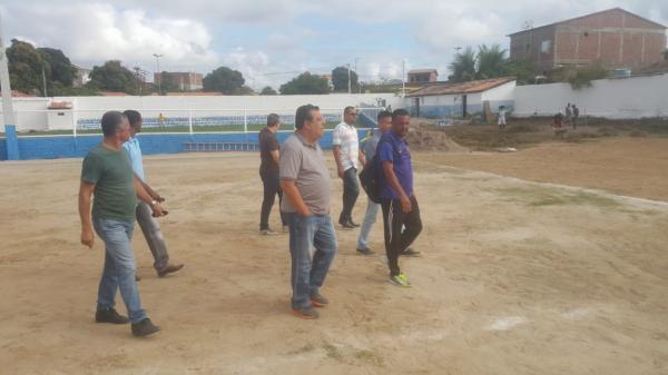 Prefeito visita obras no Estádio Municipal Oscar Luís Pires da Costa e na sexta a Seleção estreia na Copa Chapada Forte