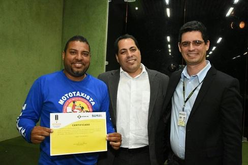 Mototaxistas comemoram certificado de capacitação
