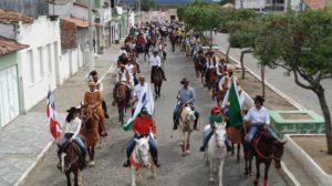 Centenas de vaqueiros participam de grande cavalgada em Boa Vista do Tupim