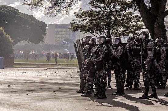 Governo convoca tropas federais para conter protestos em Brasília
