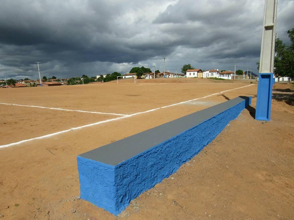 Prefeitura entrega campo de futebol reformado no bairro dos Artistas