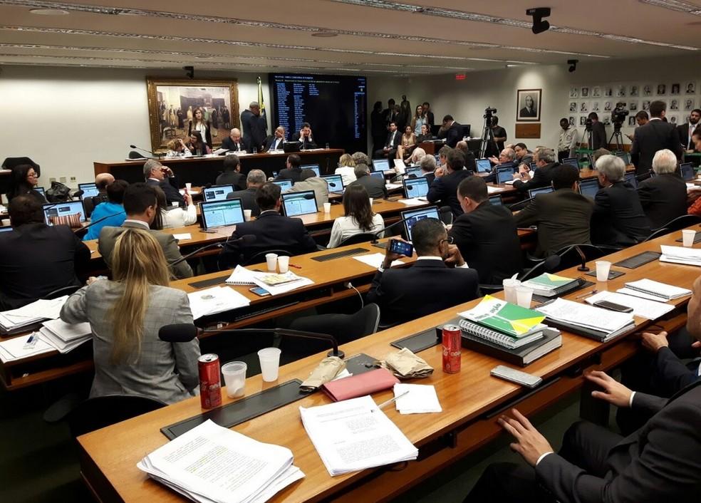 Comissão da Câmara aprova texto-base da reforma política