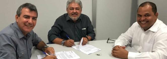 Adelson Oliveira assina convênio de quase R$ 2 milhões para a realização de obras em Iaçu