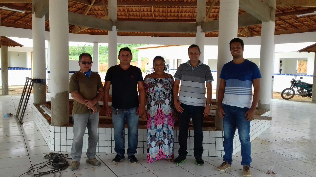 Equipe da educação e construtores