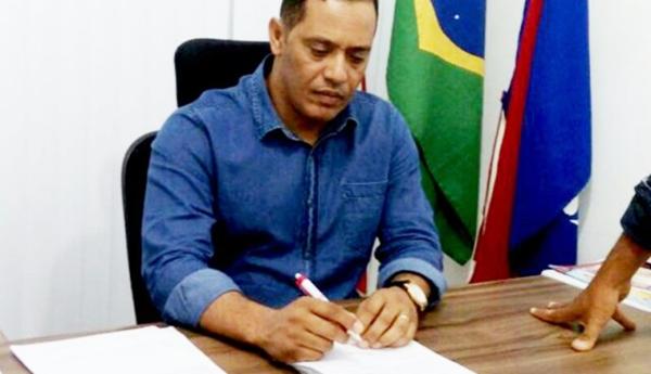 TCM acata denúncia de vereadores e aplica multa contra prefeito de Itaetê por irregularidades na contratação de empresas