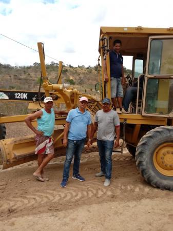 Vereadores acompanham a execução da recuperação das estradas vicinais na região do Grotão, Mata do Óleo e Polinésia.
