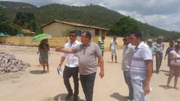 Prefeito assina ordem de serviço para calçamento no povoado de Macambira