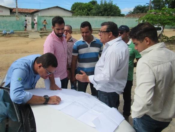 Prefeito e vereadores se reúnem com equipe técnica da empresa executora da obra