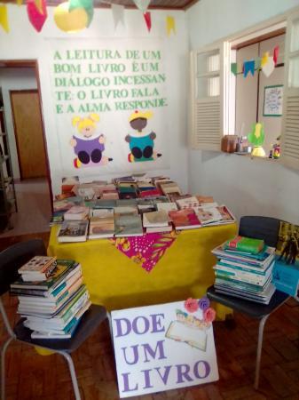 A primeira dama fez a doação de centenas de livros através de campanha com amigos e familiares