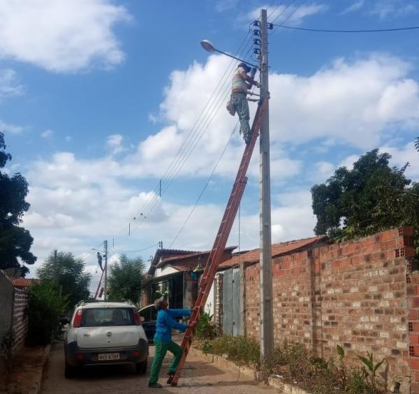 Homens trabalhando na melhoria da iluminação pública