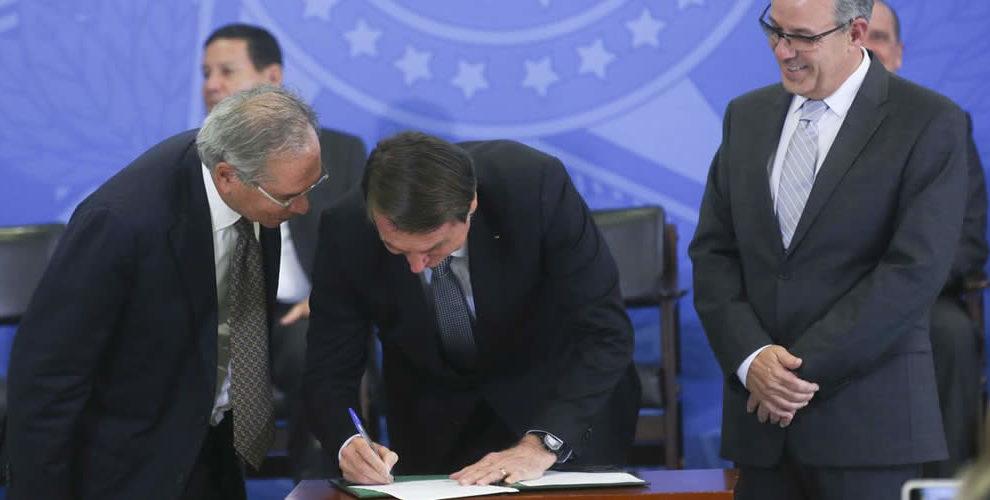 Presidente Jair Bolsonaro anuncia reajuste, e salário mínimo passará de R$ 1.039 para R$ 1.045 em fevereiro.