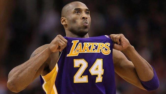 Kobe Bryant jogou a carreira toda pelos Lakers e usou as camisa 8 e 24.