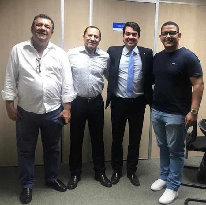Prefeito Dinho e Deputado Pedro Tavares comemoram a abertura da licitação para construção da passarela do Zuca